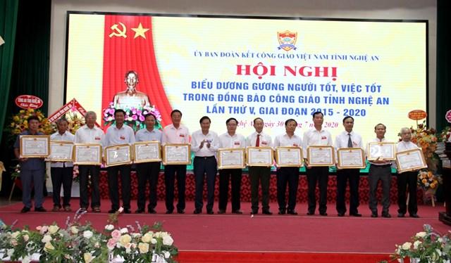 Ông Lê Hồng Vinh – Phó Chủ tịch UBND tỉnh Nghệ An tặng Bằng khen của UBND tỉnh cho các cá nhân gương người tốt, việc tốt.