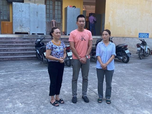 đối tượng tại cơ quan điều tra, (từ trái qua phải): Huệ, Tân, Huyền.