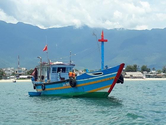 Tàu cá chở 9 người rời vùng dịch Đà Nẵng về Huế để tránh cách ly.