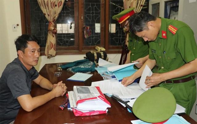Quyền trưởng phòng Chính sách (Ban Dân tộc tỉnh Nghệ An) Nguyễn Tâm Long bị khởi tố 2 tội danh.