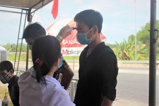Các y bác sĩ đo thân nhiệt cho người dân.