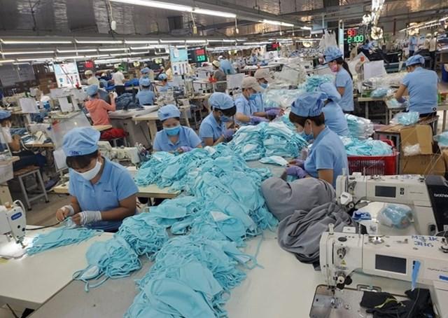 Một cơ sở sản xuất ở Thừa Thiên Huế thực hiện nghiêm phòng, chống dịch Covid-19. Ảnh: Anh Khoa.