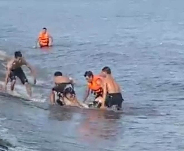 Lực lượng cứu hộ đưa nạn nhân lên bờ.