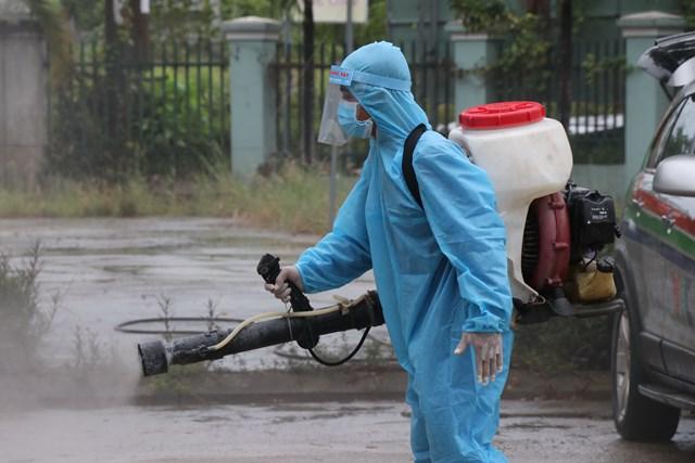 Nhân viên phòng chống dịch phun khử khuẩn quanh Bệnh viện dã chiến Hòa Vang. Ảnh: Bình Nguyên.