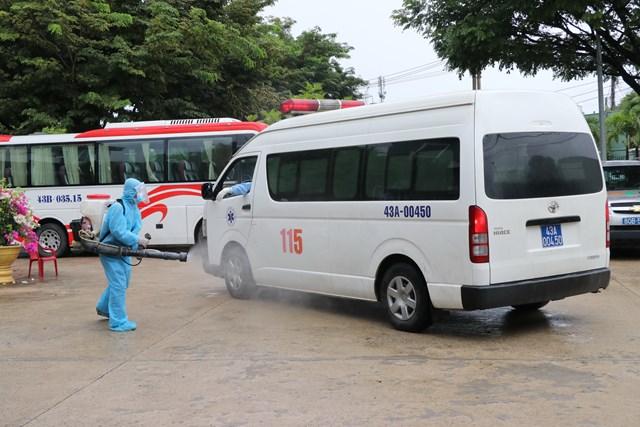 Tiêu độc khử trùng xe cấp cứu đưa bệnh nhân vào Bệnh viện dã chiến Hòa Vang. Ảnh: Bình Nguyên.