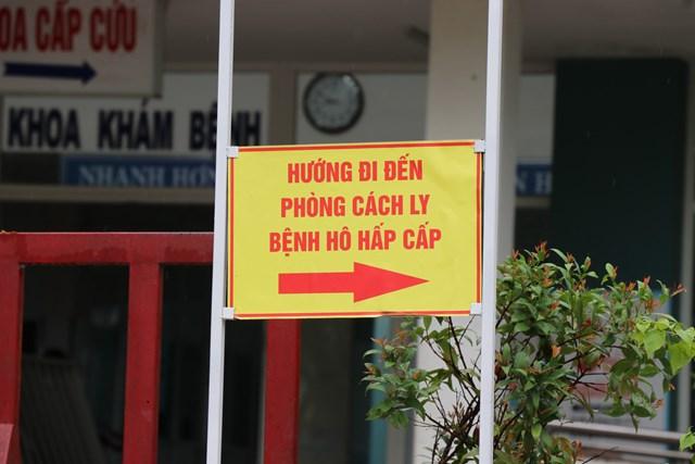 Chỉ dẫn vừa được lắp đặt bên trong Bệnh viện dã chiến Hòa Vang. Ảnh Bình Nguyên.