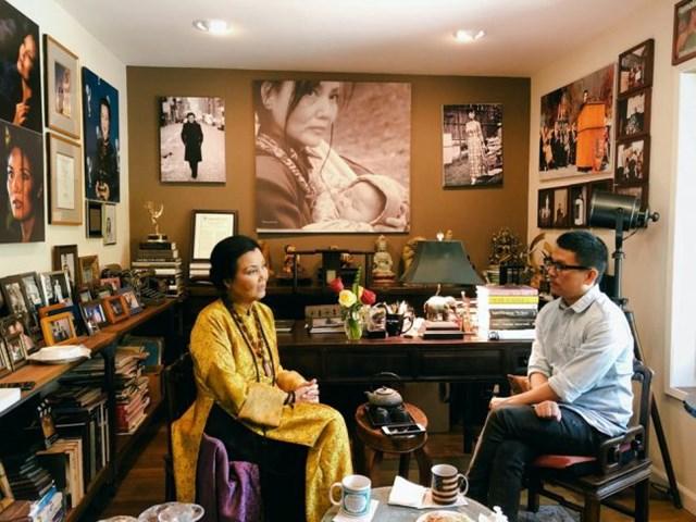 """Nhà phê bình điện ảnh Lê Hồng Lâm gặp gỡ diễn viên Kiều Chinh tại Mỹ để phỏng vấn cho cuốn sách """"Người tình không chân dung""""."""