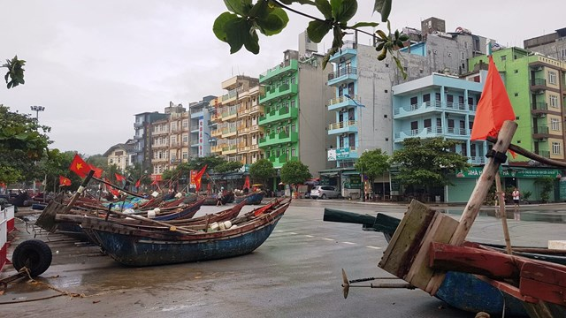 Ngư dân tại TP Sầm Sơn khẩn trương đưa bè mảng, thuyền vào nơi trú bão an toàn.