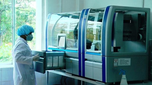 Nhân viên CDC Quảng Nam đang thực hiện mẫu xét nghiệm Covid-19.