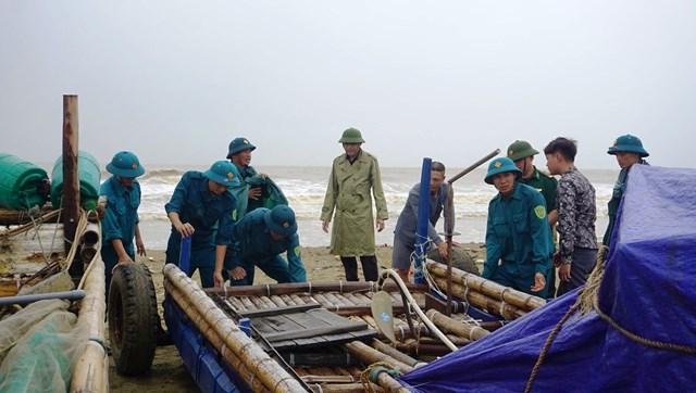 Lực lượng chức năng hỗ trợ ngư dân chống bão.