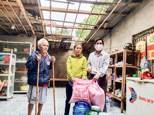 Ông Hồ Văn Bền (phải) trong một lần trao quà cho gia đình có hoàn cảnh khó khăn.