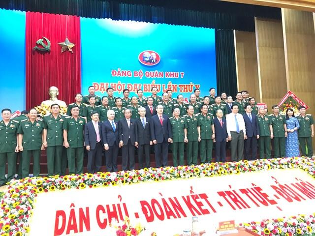 Đại biểu Đảng bộ Quân khu 7 và đại diện lãnh đạo 08 tỉnh, thành khu vực quân khu chụp ảnh lưu niệm. Ảnh: Hồng Phúc.