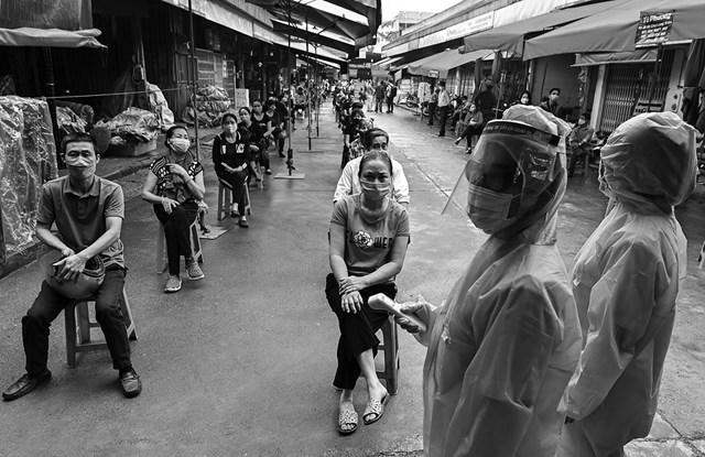 Người dân tự giác xét nghiệm phòng, chống Covid-19 tại chợ đầu mối Long Biên (Hà Nội).
