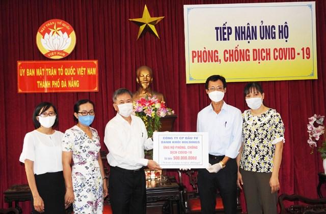 Ông Nguyễn Quang Thanh, Giám đốc Sở TT&TT Đà Nẵng, trao 500 triệu đồng vận động từ doanh nghiệp cho Ủy ban MTTQ Việt Nam TP Đà Nẵng. Ảnh: Thanh Tùng.