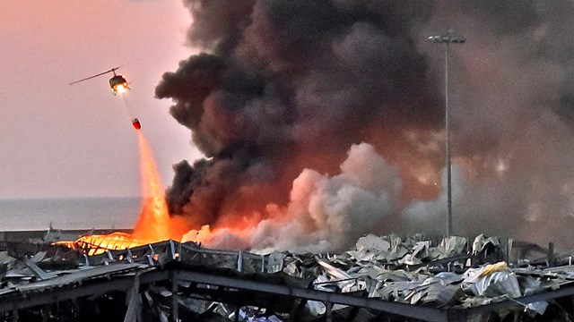 Máy bay trực thăng chữa cháy tại khu vực hiện trường vụ nổ ở Beirut, Lebanon. Nguồn: AFP.