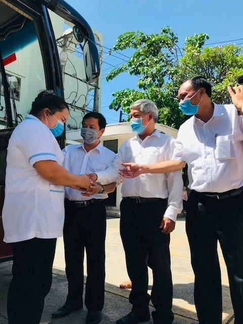 Đại diện UBND tỉnh, Ủy ban MTTQ Việt Nam tỉnh, Ban Tuyên giáo Tỉnh ủy chúc các nhân viên y tế sức khỏe và hoàn thành nhiệm vụ.