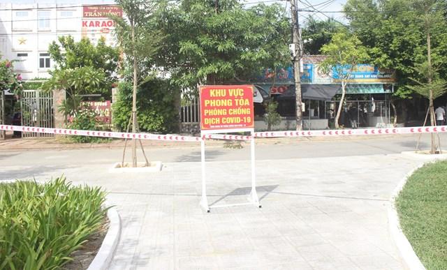 Phong tỏa một số khu dân cử để phòng, chống dịch Covid-19.