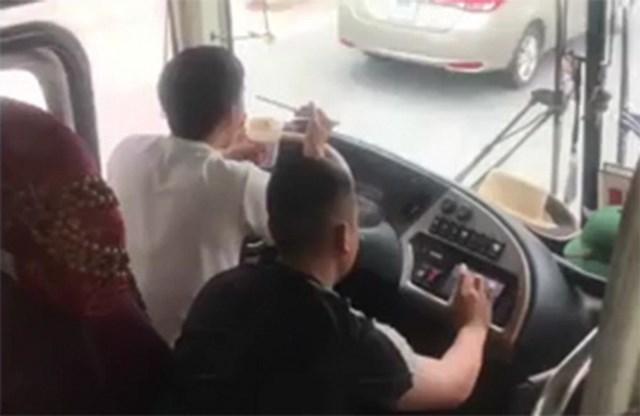Hình ảnh xuất hiện trên mạng xã hội, tài xế Bình vừa lái xe vừa ăn mì tôm.