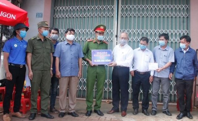 Ủy ban MTTQ Việt Nam tỉnh Đắk Lắk trao tiền cho các chốt phòng chống Covid-19.
