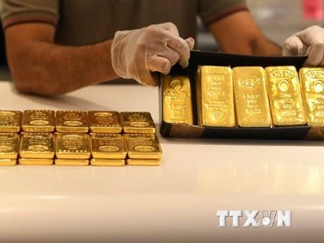 Vàng miếng được bán tại Sàn giao dịch vàng ở Dubai, UAE. (Ảnh: AFP/TTXVN).
