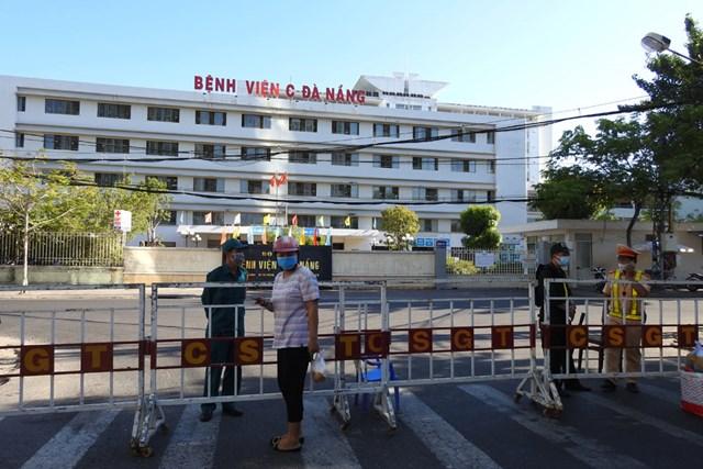 Rào chắn cách ly Bệnh viện C Đà Nẵng chiều 7/8. Ảnh Thanh Tùng.