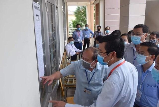 Thứ trưởng Nguyễn Văn Phúc kiểm tra công tác phòng chống dịch phòng thi