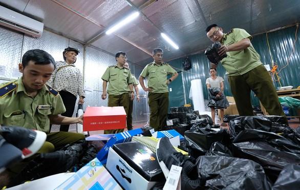 Lực lượng quản lý thị trường bắt giữ kho hàng lậu khủng tại Lào Cai.