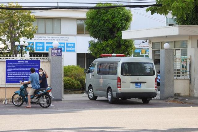 Cổng chính Bệnh viện C, Đà Nẵng mở rộng trong ngày dầu dỡ bỏ phong tỏa, cách ly. Ảnh Thanh Tùng