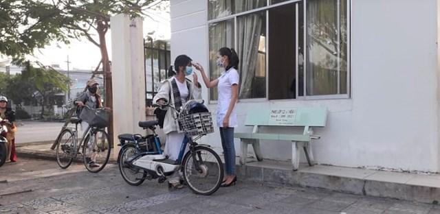 Học sinh được kiểm tra đo thân nhiệt phòng, chống dịch Covid-19.