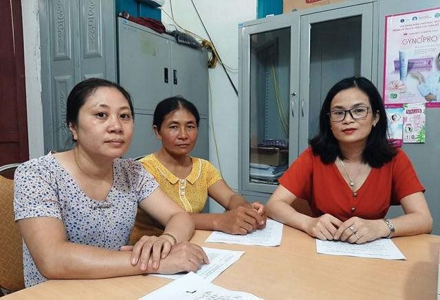 Chị Hoàng Thị Thơm (người ngồi giữa) – cán bộ dân số xã Hoằng Thắng tỏ ra khá hoang mang vì phải dừng công việc đảm nhiệm bấy lâu nay