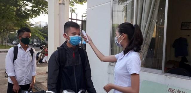 Học sinh dự được đo thân nhiệt phòng, chống dịch Covid-19. (Ảnh minh họa).