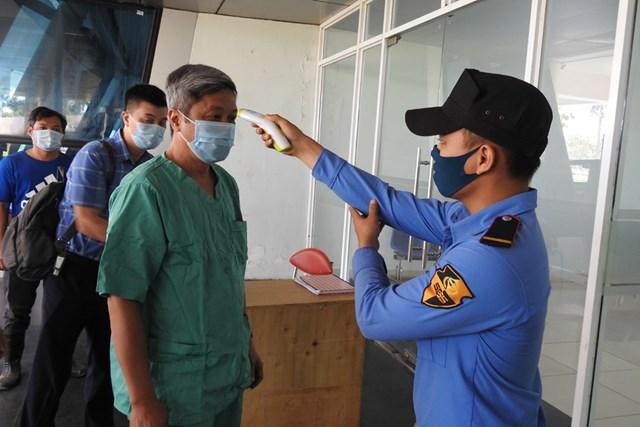 Thứ trưởng Bộ Y tế Nguyễn Trường Sơn được đo thân nhiệt trước khi vào thị sát bên trong Bệnh viện dã chiến tại Cung thể thao Tiên Sơn (Đà Nẵng) sáng 8/8. Ảnh: Thanh Tùng.