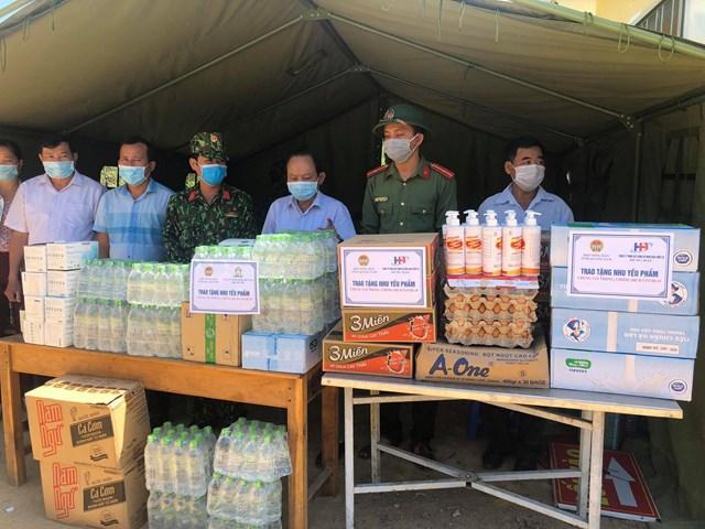 Trao tặng nhu yều phẩm cho các đơn vị làm nhiệm vụ phòng, chống dịch Covid-19 ở Quảng Nam.