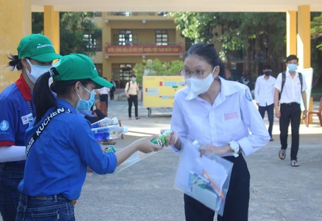 Các bạn tình nguyện tặng các chai nước lọc, bình sữa cho thí sinh.