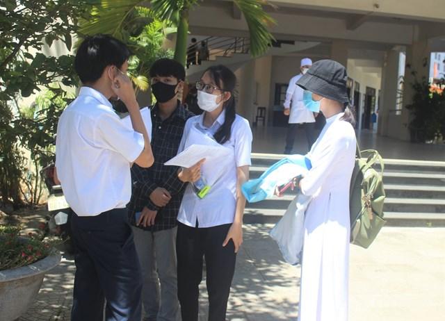 Các thí sinh trò chuyện sau khi kết thúc môn thi.