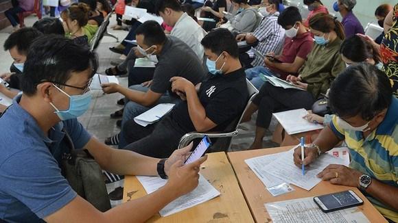 Người lao động đăng ký hưởng trợ cấp thất nghiệp tại Trung tâm Dịch vụ việc làm TPHCM Ảnh: VIỆT DŨNG.