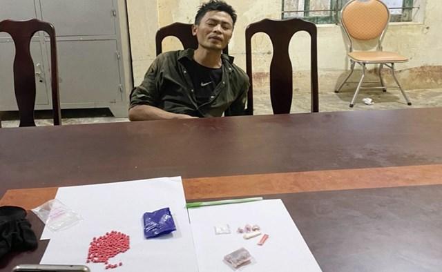 Đối tượng Phạm Văn Sơn và số tang vật được thu giữ.