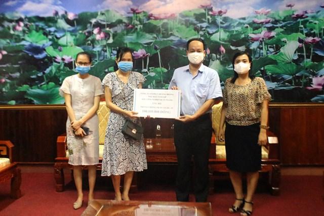 Đại diện công ty Hương Hoàng trao số tiền 100 triệu đồng ủng hộ phòng, chống dịch Covid-19 cho Ủy ban MTTQ Việt Nam tỉnh Quảng Trị.