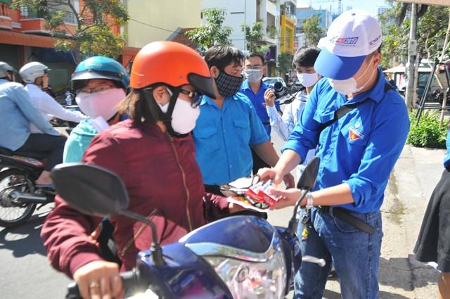 Phát khẩu trang, nước sát khuẩn để người dân Hà Nội phòng, chống dịch.