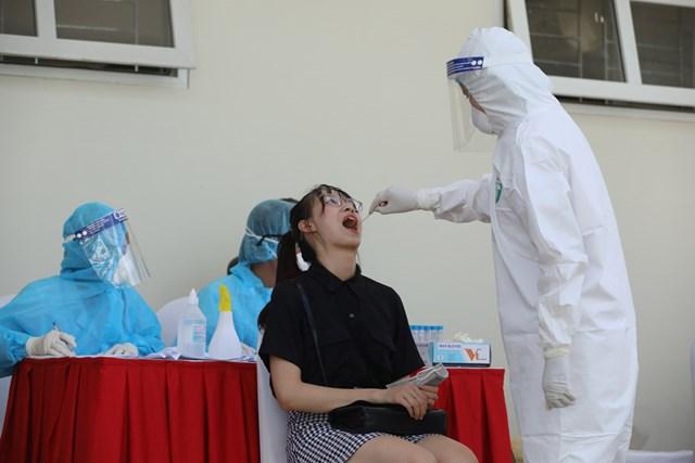 Xét nghiệm y tế tại Hoàng Cầu (Đống Đa, Hà Nội). Ảnh: Quang Vinh.