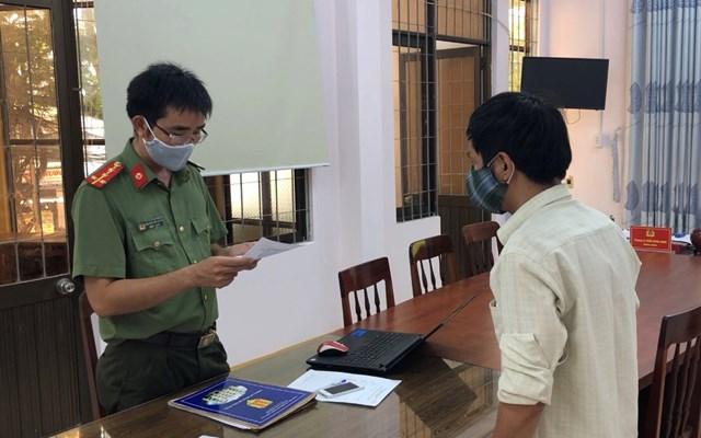 Công an tỉnh Quảng Ngãi làm việc với anh R tại cơ quan điều tra. (Ảnh CTV).