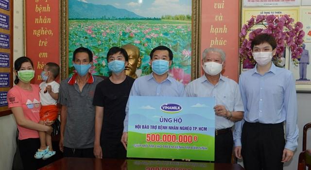 Ông Đỗ Thanh Tuấn, Giám đốc Đối ngoại công ty Vinamilk trao tặng kinh phí mổ tim cho trẻ em có hoàn cảnh khó khăn đến Hội Bảo trợ Bệnh nhân nghèo TP HCM.