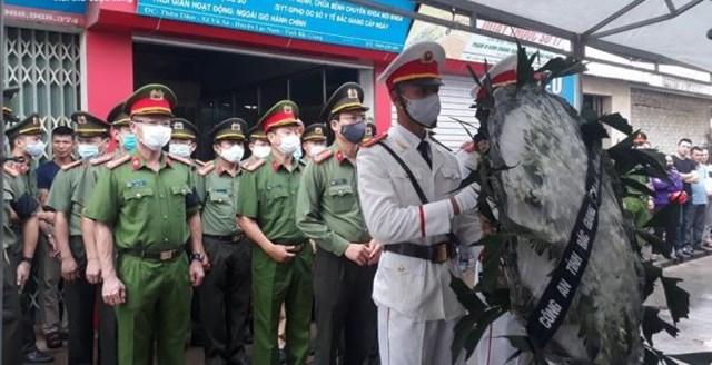 Lãnh đạo Công an tỉnh Bắc Giang đến viếng và chia buồn cùng gia đình chiến sỹ hy sinh Nguyễn Văn Mạnh.