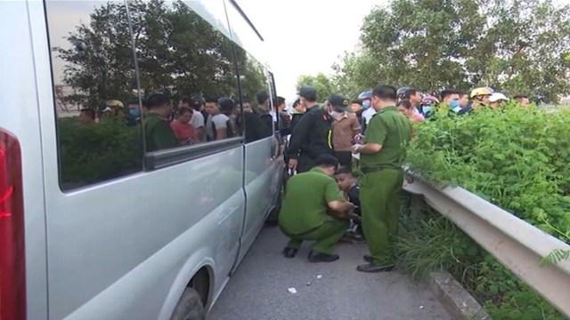 Công an bắt một trong các đối tượng trên chiếc xe gây ra vụ án.