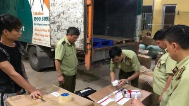 Lực lượng chức năng đang kiểm tra hàng hóa trên xe tải của Viettel Post. Ảnh: Báo Giao Thông.