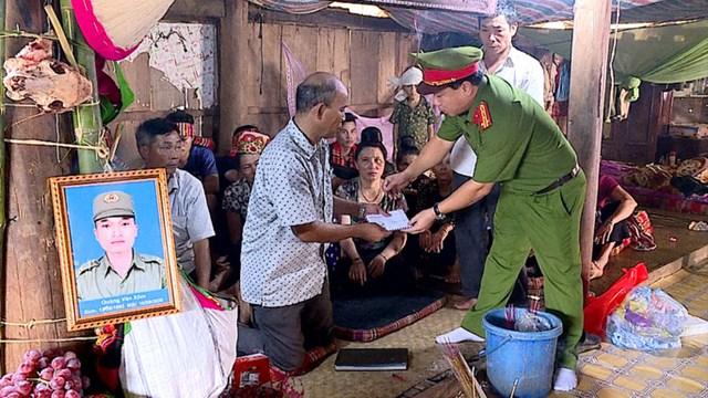 Lãnh đạo Công an tỉnh Sơn La đến chia buồn, động viên gia đình anh Quàng Văn Xôm.