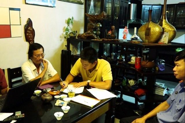 Lực lượng chức năng khám xét khẩn cấp nơi ở của đối tượng Hoàng Xuân Cường tại huyện Bố Trạch.