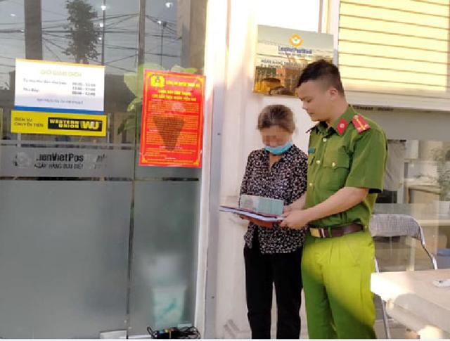 Nạn nhân may mắn nhận lại tiền khi được Công an Hà Nội can thiệp kịp thời trong một vụ lừa đảo qua điện thoại. Ảnh: CA TP Hà Nội