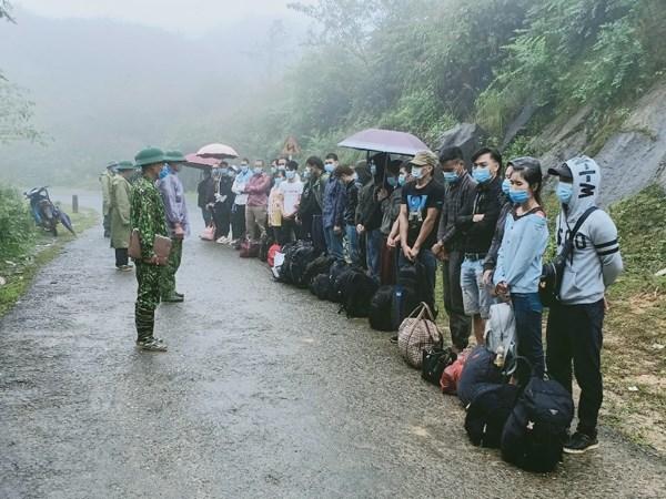 Những người nhập cảnh trái phép bị lực lượng chức năng phát hiện, tam giữ.