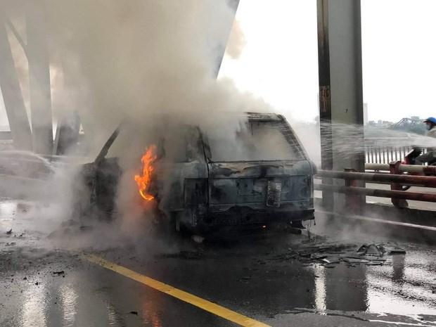 Chiếc xe sang bị cháy trên cầu Chương Dương.